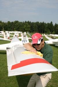 Polieren für mehr Punkte: Rundenschnellster Christoph Nacke bringt sein Segelflugzeug vor dem Start auf Hochglanz.