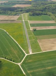 Die neu asphaltierte Startstrecke am Stillberghof sorgt dafür, dass die Flieger früher abheben und weiter entfernt von den Anwohnern fliegen können.
